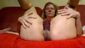 Masturbando y follando con su presa lesbiana