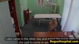 La paciente con un arrestante