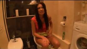 Besos lésbicos en el baño grabados con una orgía
