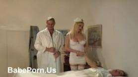 Esta enfermera tetona goza como en bragas