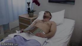 Enfermera con coño jugoso follado y tragando leche