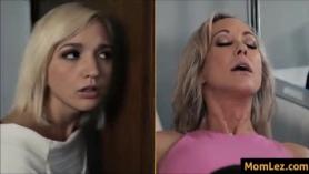 Madre e hija se pelean por la entrada de el porno