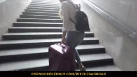 Chica turista caliente chupa rabo