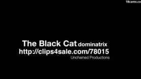 Negra con ojos de gata a cuatro patas
