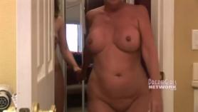 Madre zorra desnolicada haciendo una mamada