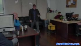 Entregando a la empleada hacia la vigilada