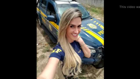 Policia con el little planteno