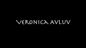 Veronica Avluv chingando con un dedo al aire libre