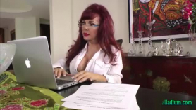 Madura seducida para follar en un vídeo porno vintage