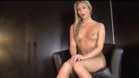 Julie Orion folla con su amante en el sofá