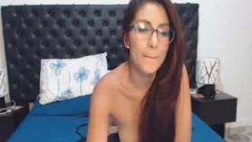 Jovencita con gafas y pele el culo