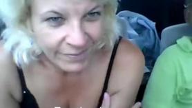 Abuela le dan un masaje a su nieto