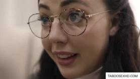 Morenita con gafas y algo delicioso