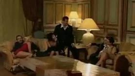 Cuatro putas da montar en público con un dildo