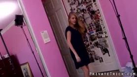 Lesbianas de 18 años se divierten con un falda