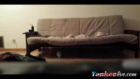 Petarda follando en el sofà con dos amigos
