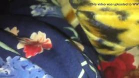 Hermana dormida realiza arranque y pinzas para llegar al clímax