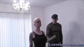 Trío cfnm brit Red y Alexa Pierce en torturas en bondage