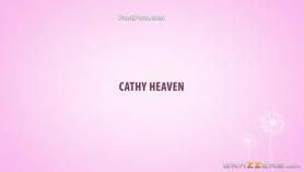 La apretada morena Heaven Flex está siendo perforada por detrás en su apretado coño rosa al estilo perrito