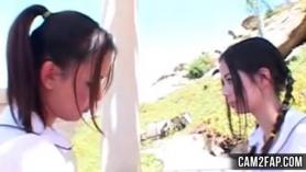 Chica asiática se inyecta aceite en la cara