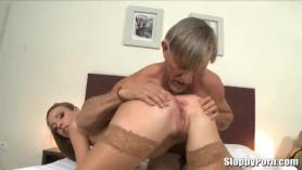 ¡El chico hace que el abuelo se masturbe su horror!