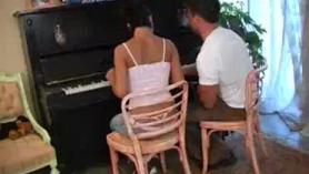 Bonita profesora de piano se mete los dedos en su suave coño