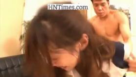 Adolescente sexy toma una erección gorda detrás de su coño