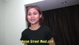 ¡La linda puta asiática de 6 pulgadas Super Sissy atrapa su cámara espía al mirar! en mi cama!