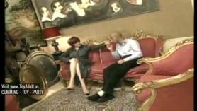 Este noble caballero le entrega a la princesa Nona un traje oscuro de muebles ajustados boomhaunt en un campo