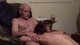 Marido folla sexo oral en el baño con 2 sirvientas cachondas por la polla de carne fresca