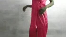 La nena de lencería rosa se masturba para que la creas. Lara es una novia guarra con una polla enorme