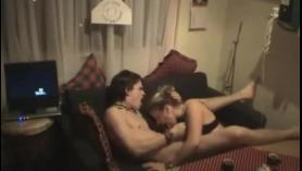 Pareja de adolescentes calientes montando polla en video de sexo casero