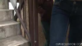 Adolescente japonesa apretada chupa una polla dura antes de follar en público