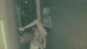La ama de casa se casó con la rubia Sara Jay disfruta sintiendo una polla rellena que se pega su coño y atornillando en público sexy