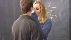 Tiny Student Casey Calvert follada en el aula