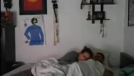 Novia tetona atrapada follando con consolador en la cama