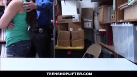 Seguridad joven pelirroja adolescente toma medias para efectivo