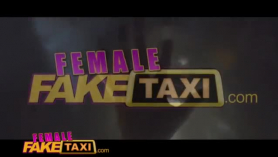 Taxi falso caliente en el estacionamiento