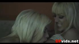 Las chicas lesbianas sexy calientes Sara Luvv, Sammie Trang brilla las tetas de dos Sydney Cole, obtiene su coño chupado chupar y palo de un gran vibrador mientras lo chupa la chupa.