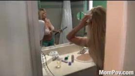 Slutty Blonde Milf follada y azotada por HIJO DE PASO CALIENTE