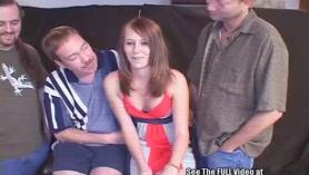 Linda hottie adolescente Jessica Coxx obtiene su dulce coño y un agujero apretado del culo follada por su padrastro con placer