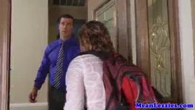 MILF colegiala coño lamiendo y follando con su joven gf en violar la estela
