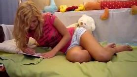 Cámara web privada rubia hermosa en su cama masturbat en webcam