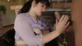 Mamá Yunan Hirai follada en la sala de estar