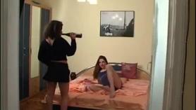 Juego sexual adolescente en el sofá