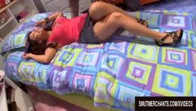 Milf asiática en medias mostró sus piernas y su coño empapado