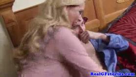 Parejas reales compartiendo una polla dura en el sofá