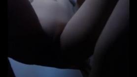 Chica tímida hace su primera masturbación anal