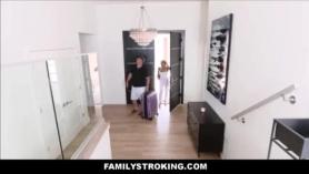 Madre asiendo orgasmo con su hijo
