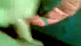 ¡Una chica inocente sin hogar, en la habitación del resort para dos números de la mañana con doble penetración en su cara y coño!